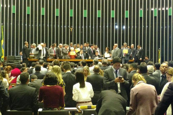 Deputados tomam a mesa do plenário da Câmara, em dia de protesto contra Temer dia 24/05/2017