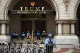Policiais em frente ao hotel Trump Tower em Washington, dia 29/04/2017