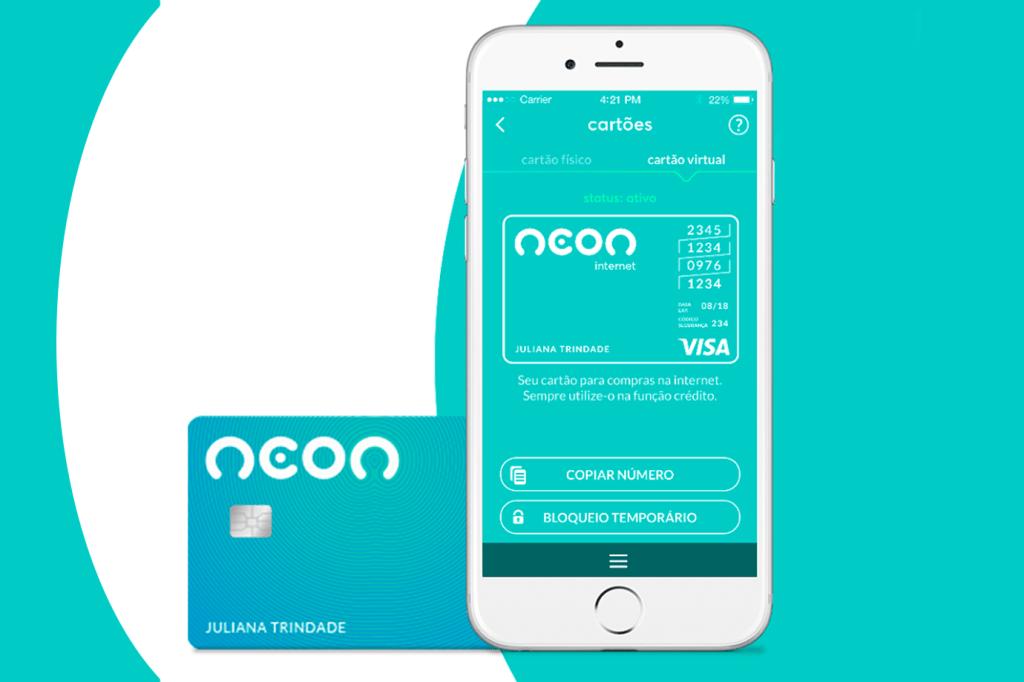 Smartphone com aplicativo do banco Neon ao lado de uma cartão de débito