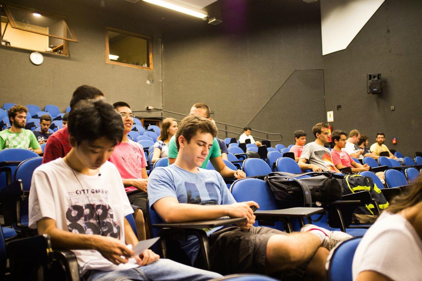 Alunos da USP assistem à palestra feita pelo NEU