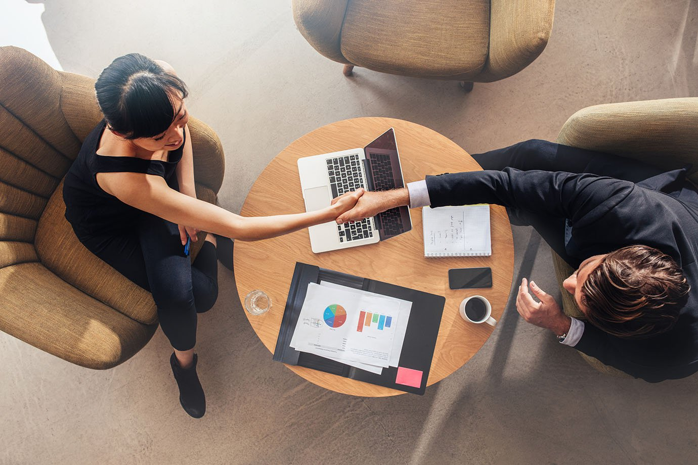 Empresárias/empreendedores fazem aperto de mão e fecham negócio (reunião, acordo, contrato)
