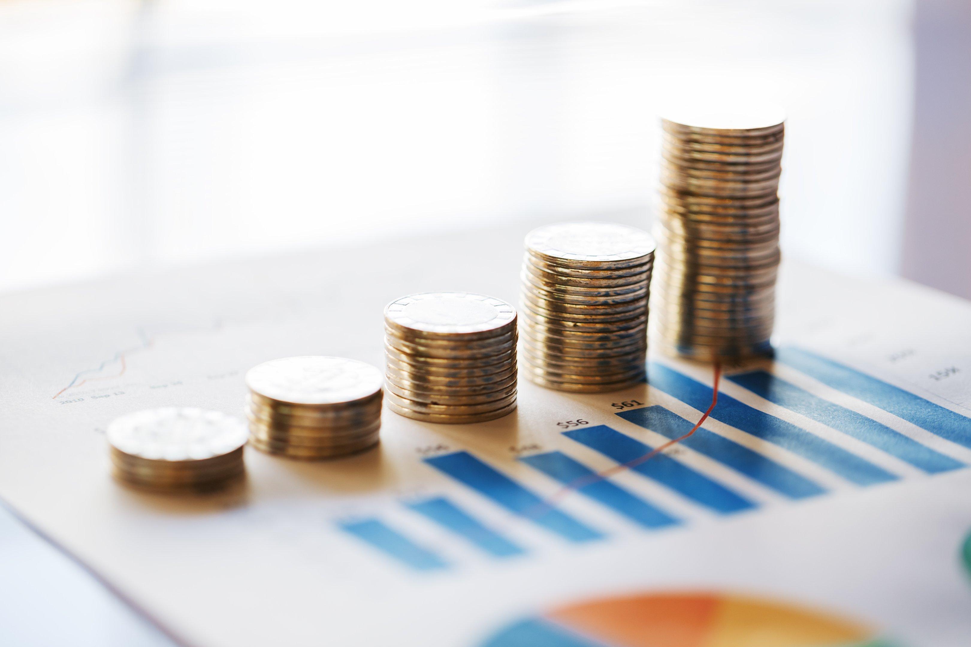 Fileira de moedas e gráficos: orçamento