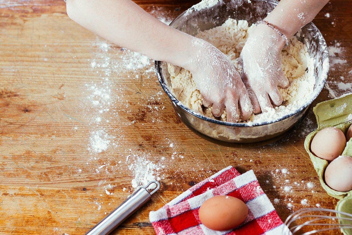 Mulher na cozinha com massa (culinária, comida em casa)