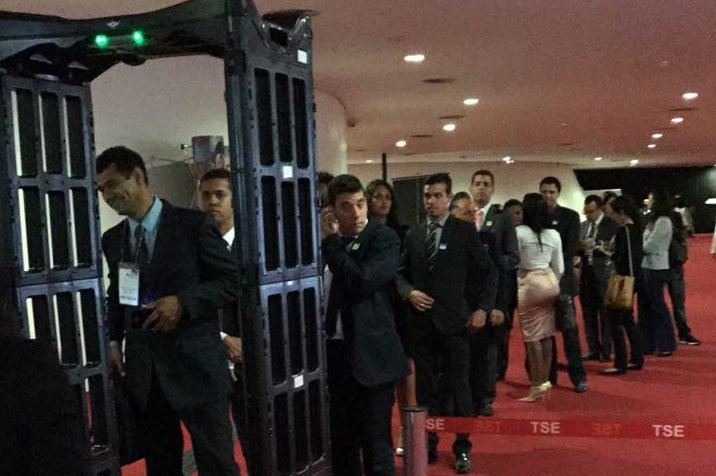 Detector de metal na entrada do TSE, em dia de julgamento da chapa Dilma-Temer