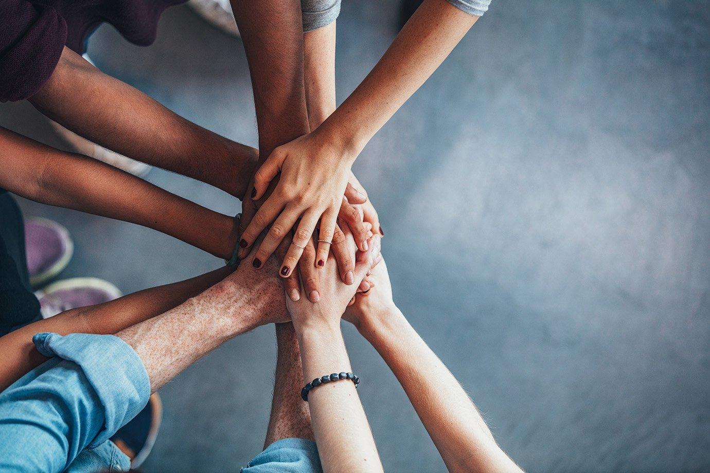 Mãos unidas: trabalho em equipe, networking, relacionamentos