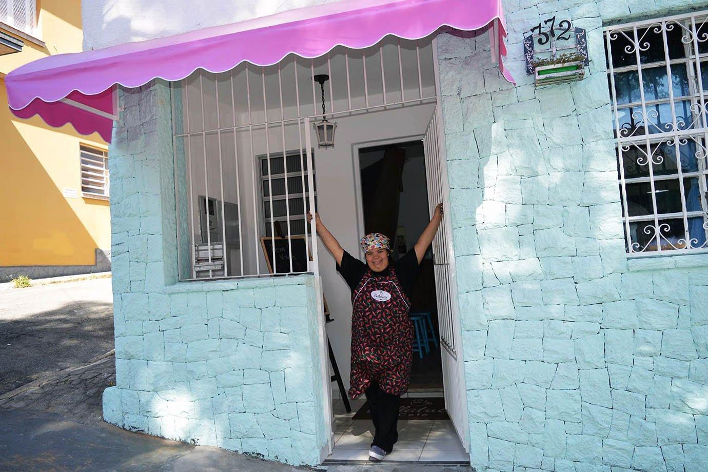 Jéssica Pereira na fachada da cafeteria Bellatucci, no bairro do Cambuci