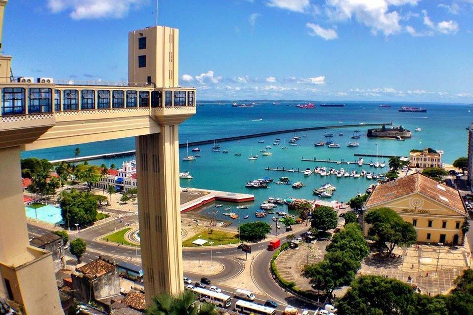 Vista da Baía de Todos os Santos e do Elevador Lacerda, em Salvador, Bahia