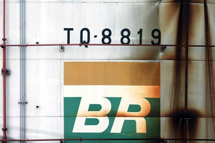 Logo da Petrobras em tanque em São Caetano do Sul, no Brasil