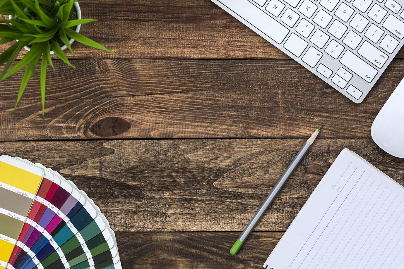 Mesa de trabalho com computador, lápis e paleta de cores: design, criação, marketing