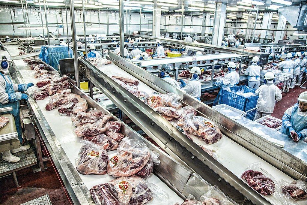 Linha de produção de carnes processadas da Minerva em Barretos, no estado de São Paulo