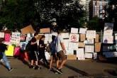 Cerca cheia de sinais em manifestação antiracismo em Boston