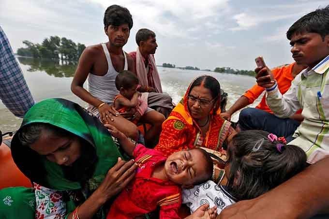 Bebê com quadro de desidratação é resgatado de uma vila isolada pela enchente.