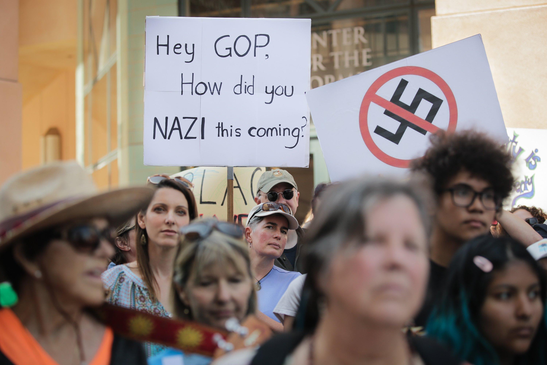 Sinais contra o nazismo e questionando o Partido Republicano são vistos em manifestação em Mountain View, na Califórnia
