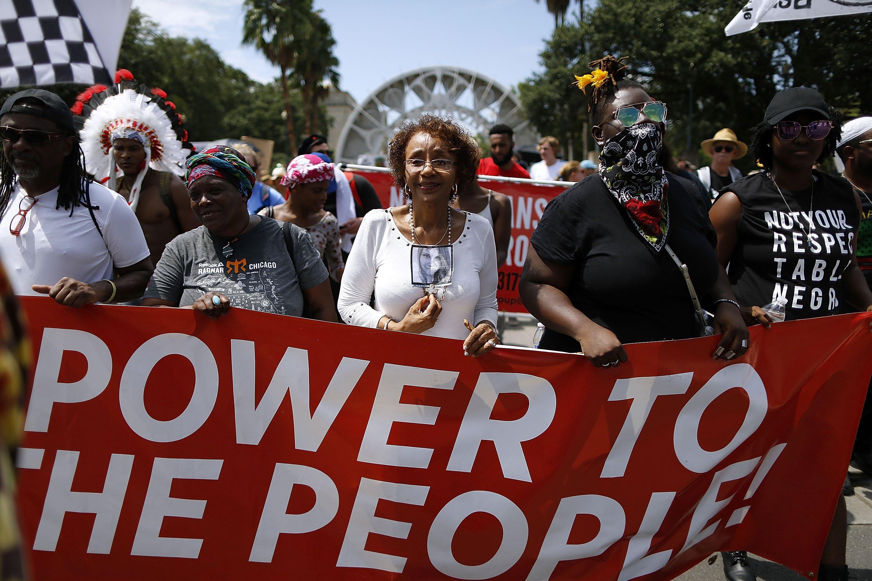 """Em New Orleans, manifestantes levam sinal com mensagem """"Poder para o povo"""""""