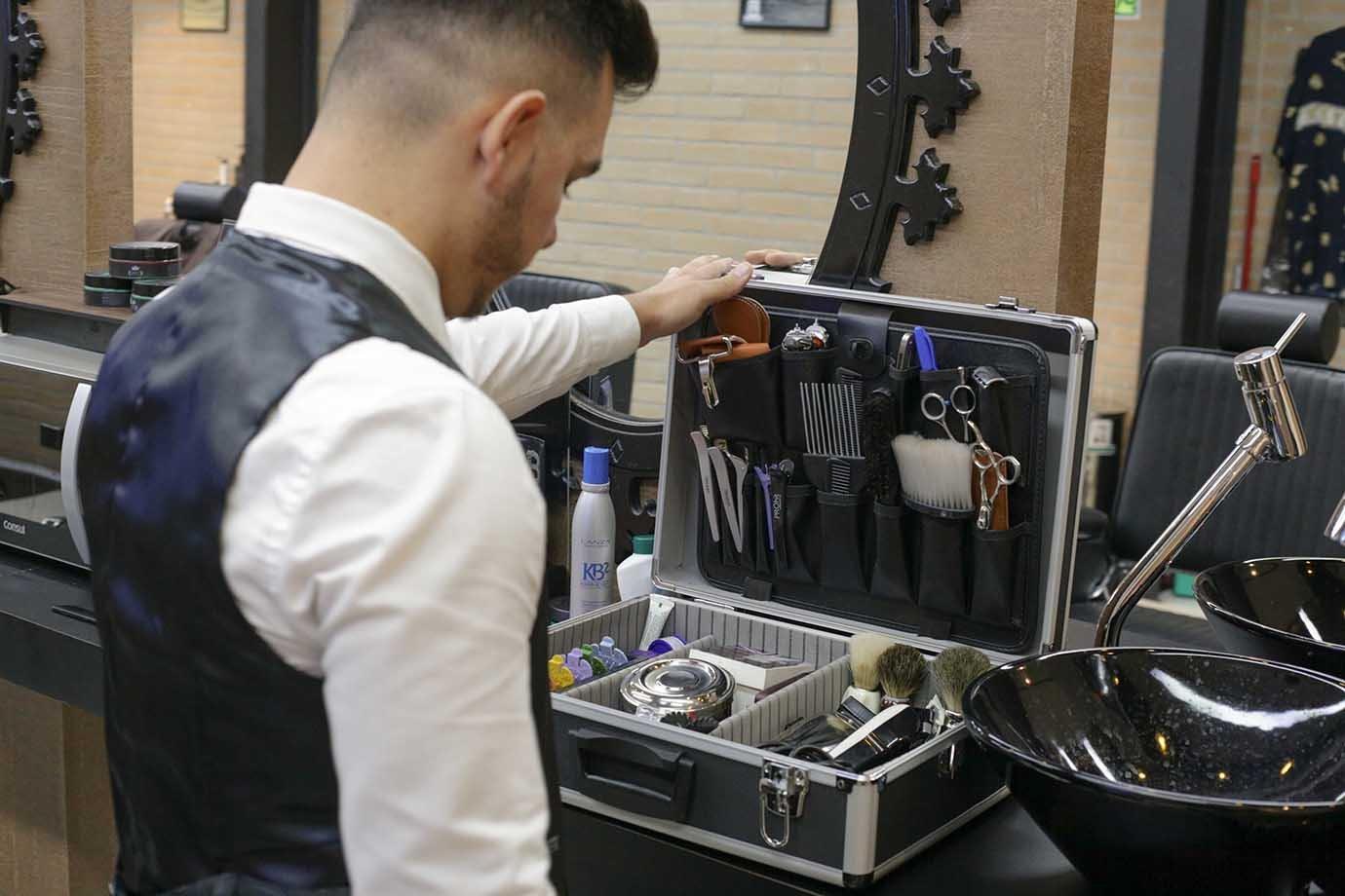 Barbeiro pega utensílios em unidade do Rei da Barba
