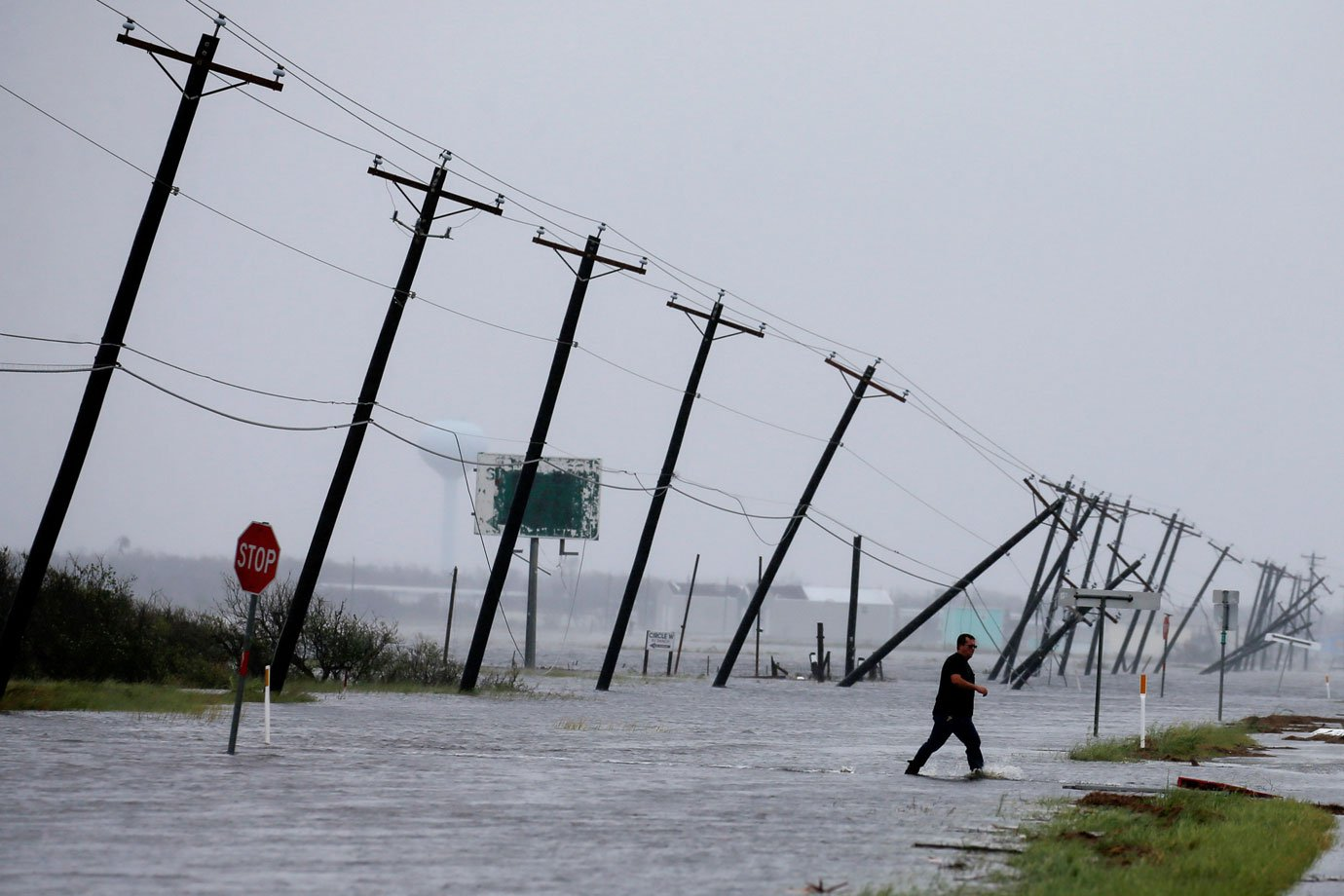 Postes de energia caem após passagem de furacão Harvey, no Texas