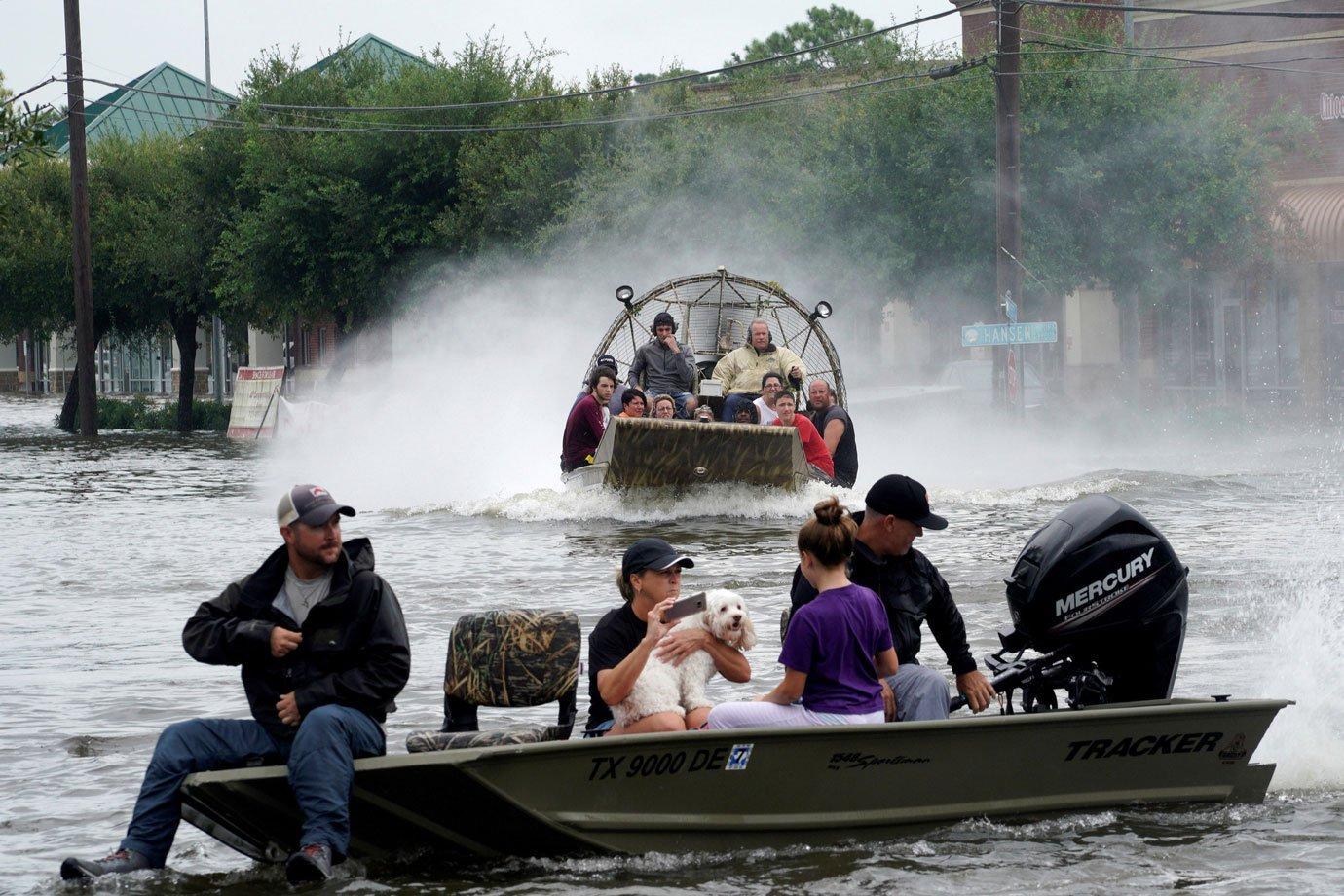 Moradores do Texas ajudam a evacuar casas atingidas pelo furacão Harvey