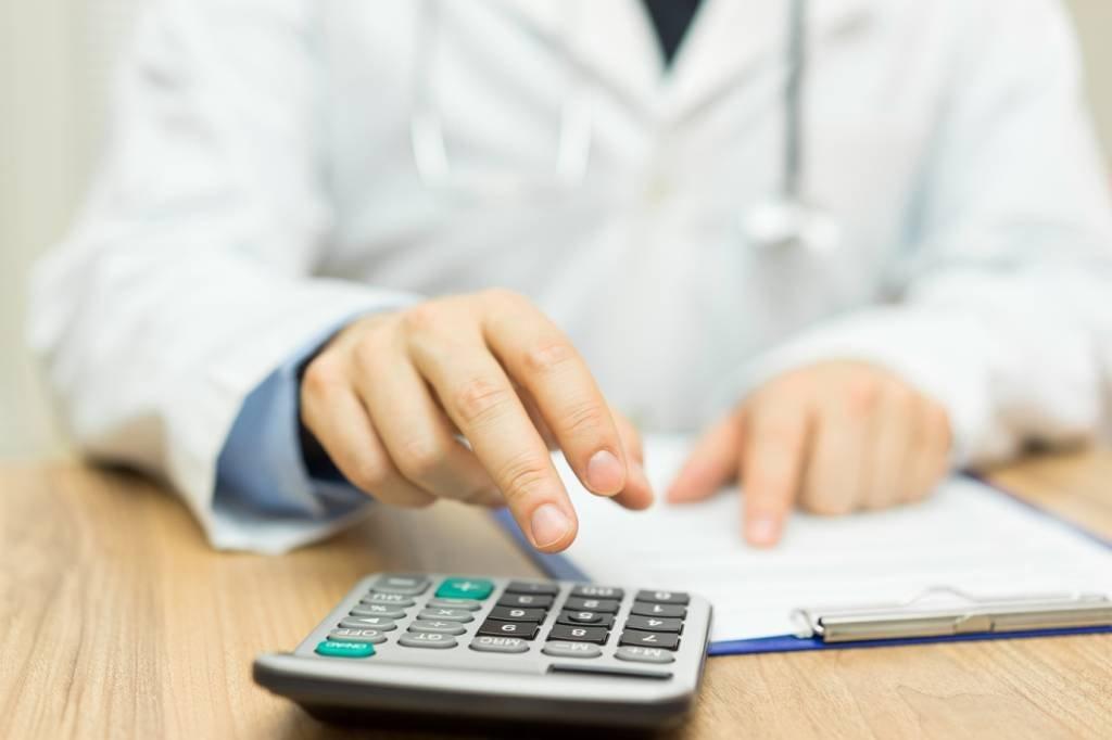 Médico e calculadora