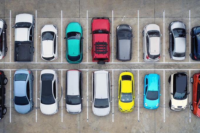 Carros estacionados em vagas: motoristas poderão estacionar em locais proibidos durante a eleição em São Paulo