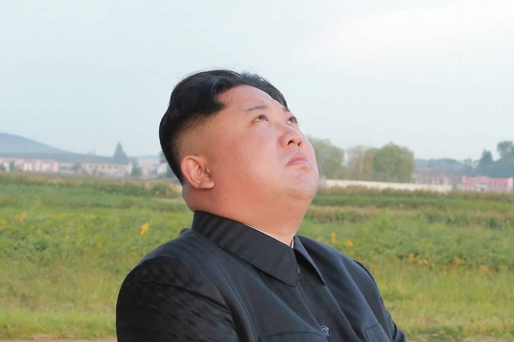 Líder da Coreia do Norte, Kim Jong Un, durante teste de mísseis