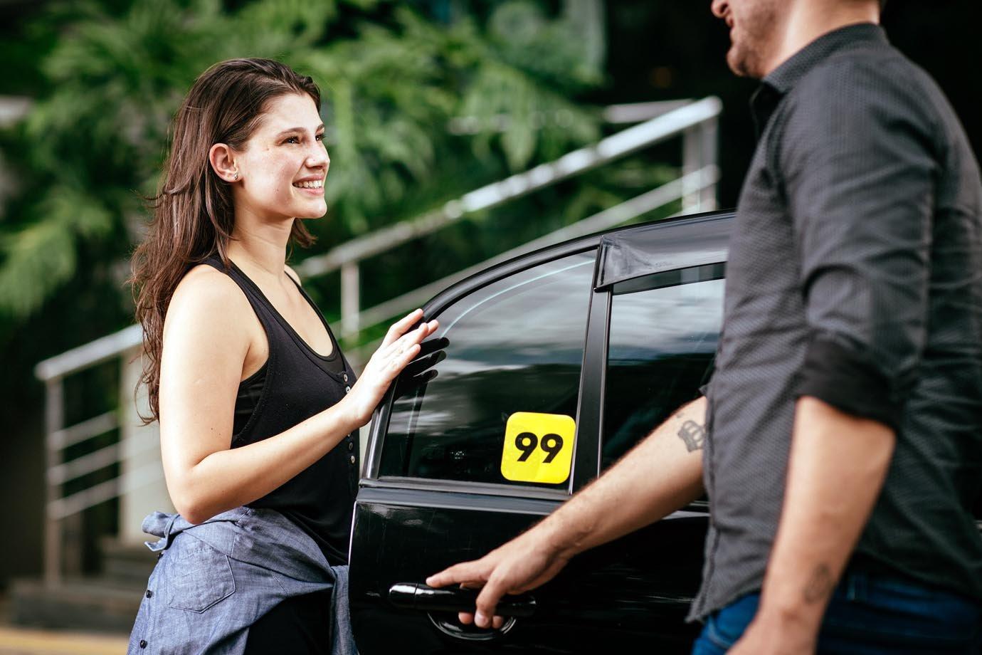 Passageira entrando em carro da 99