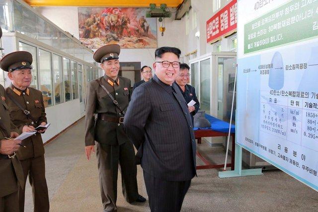 Líder norte-coreano Kim Jong-Un sorri durante visita a instituto químico