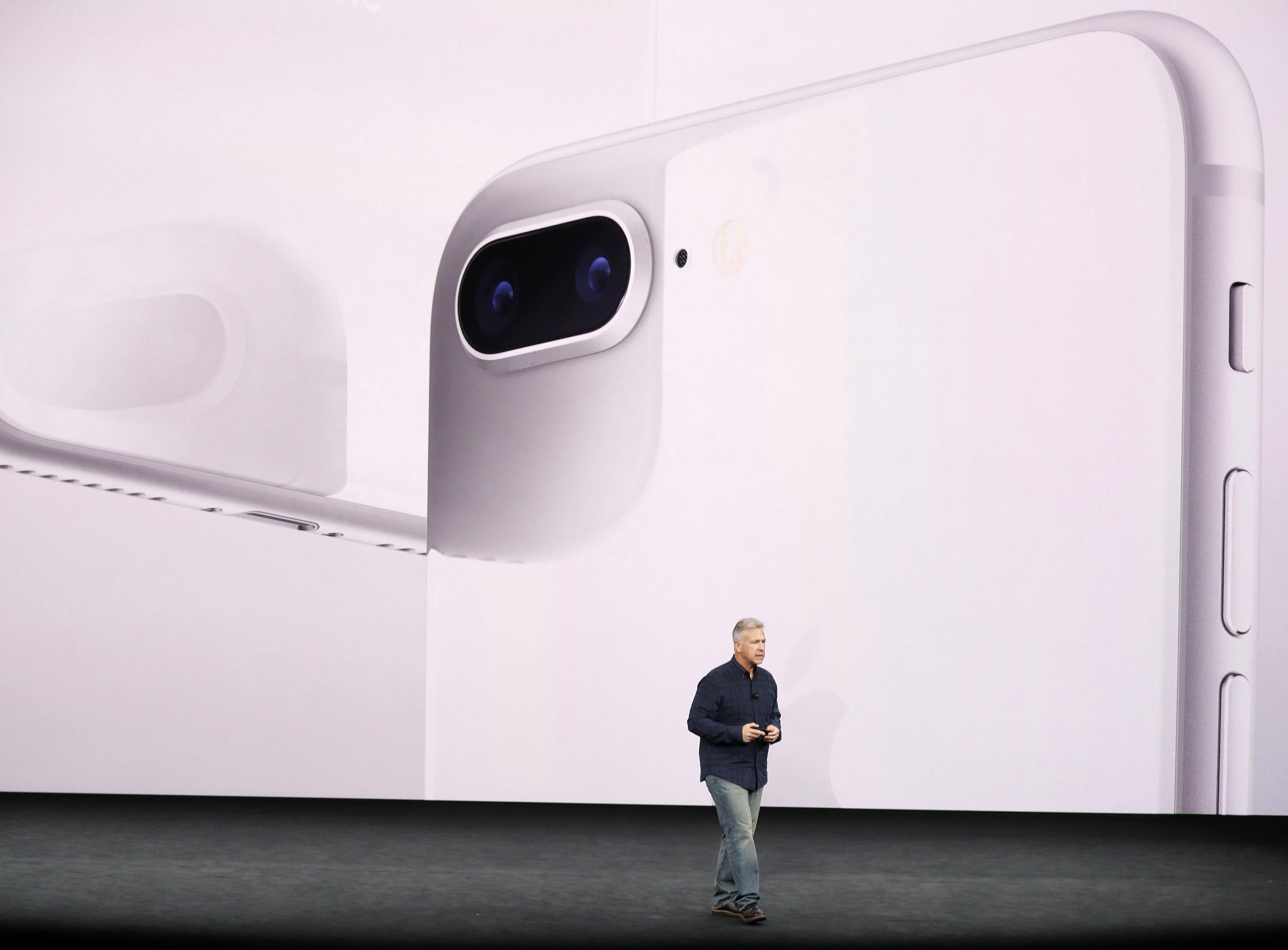 O vice-presidente sênior de marketing mundial da Apple, Phil Schiller, apresenta o iPhone 8 durante um evento de lançamento em Cupertino, Califórnia
