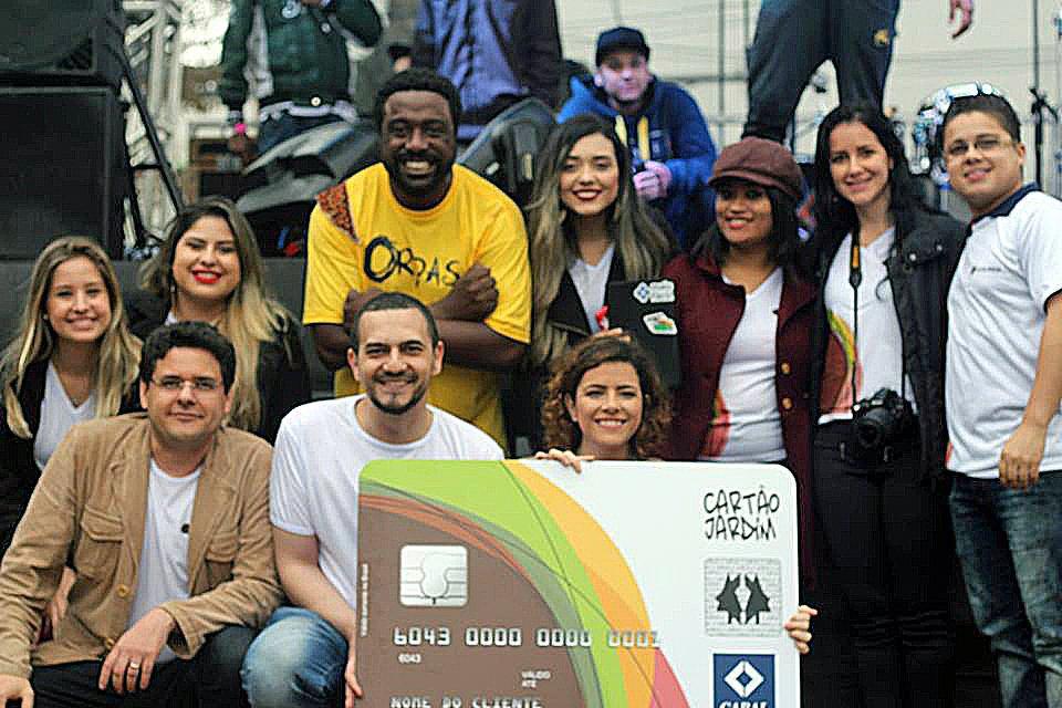 Equipe da administradora Mais Fácil no lançamento do segundo cartão comunidade, no Jardim São Luiz, em São Paulo