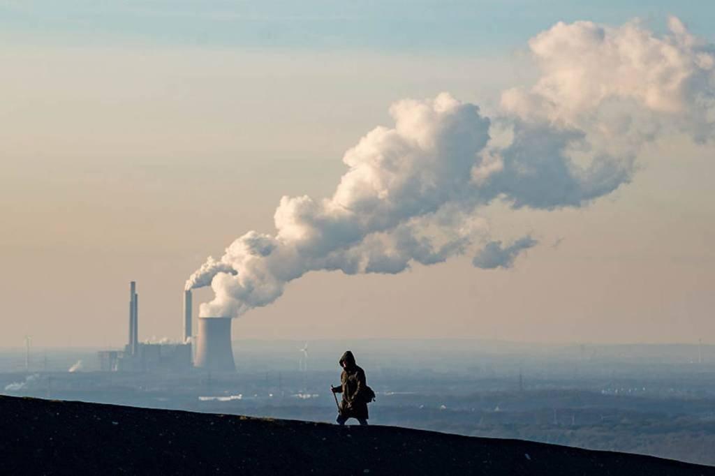 Emissões: a cada ano, as atividades humanas produzem mais CO2 do que os processos naturais conseguem absorver.