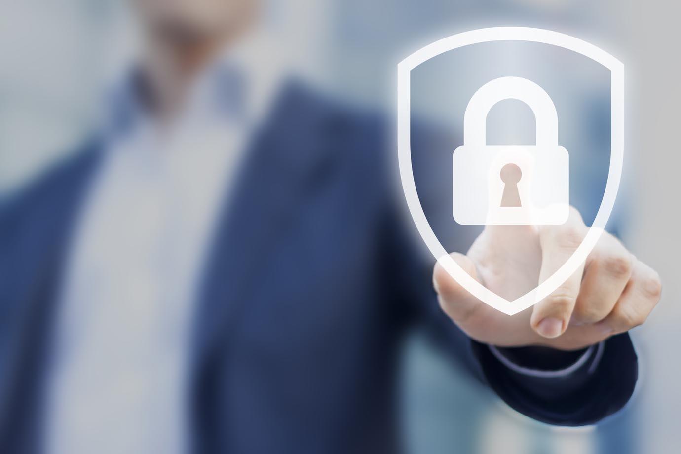 Símbolo de segurança digital, com homem apertando um sinal de cadeado