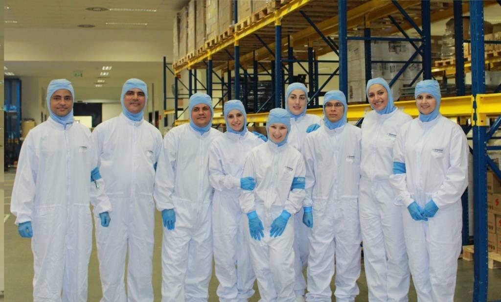 Vencedores fazem visita à fábrica da Sandoz, em Cambé (PR), para aprenderem sobre o processo de produção de medicamentos