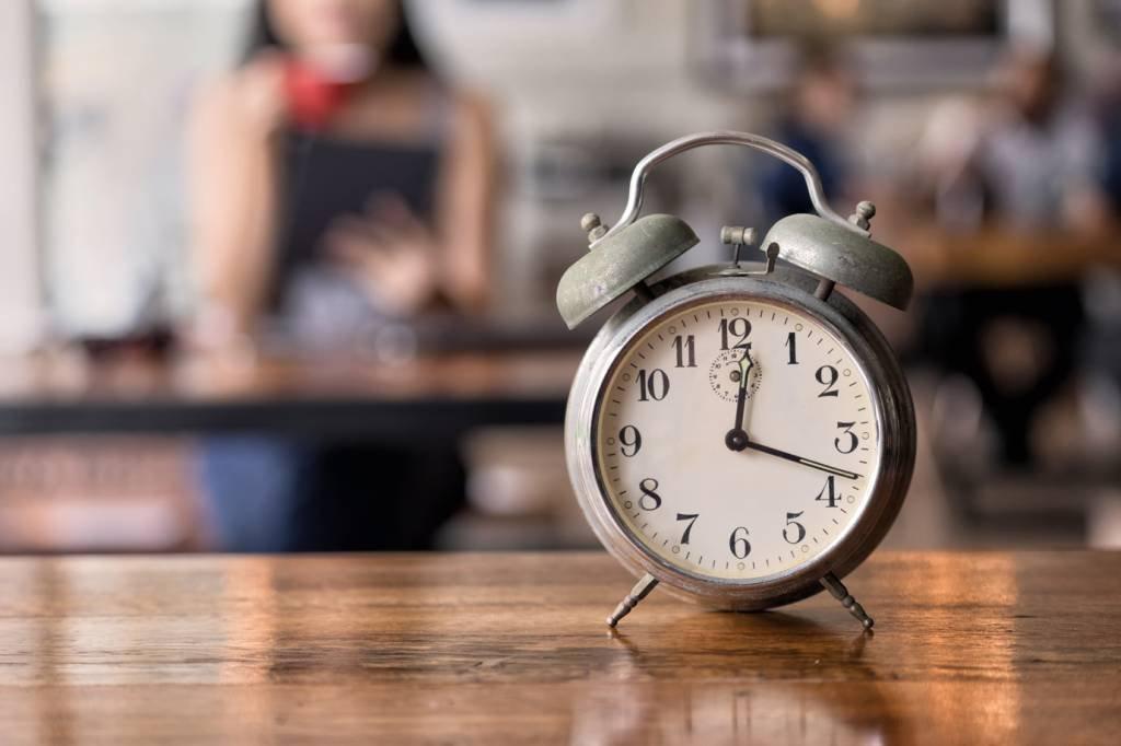 Relógio e restaurante