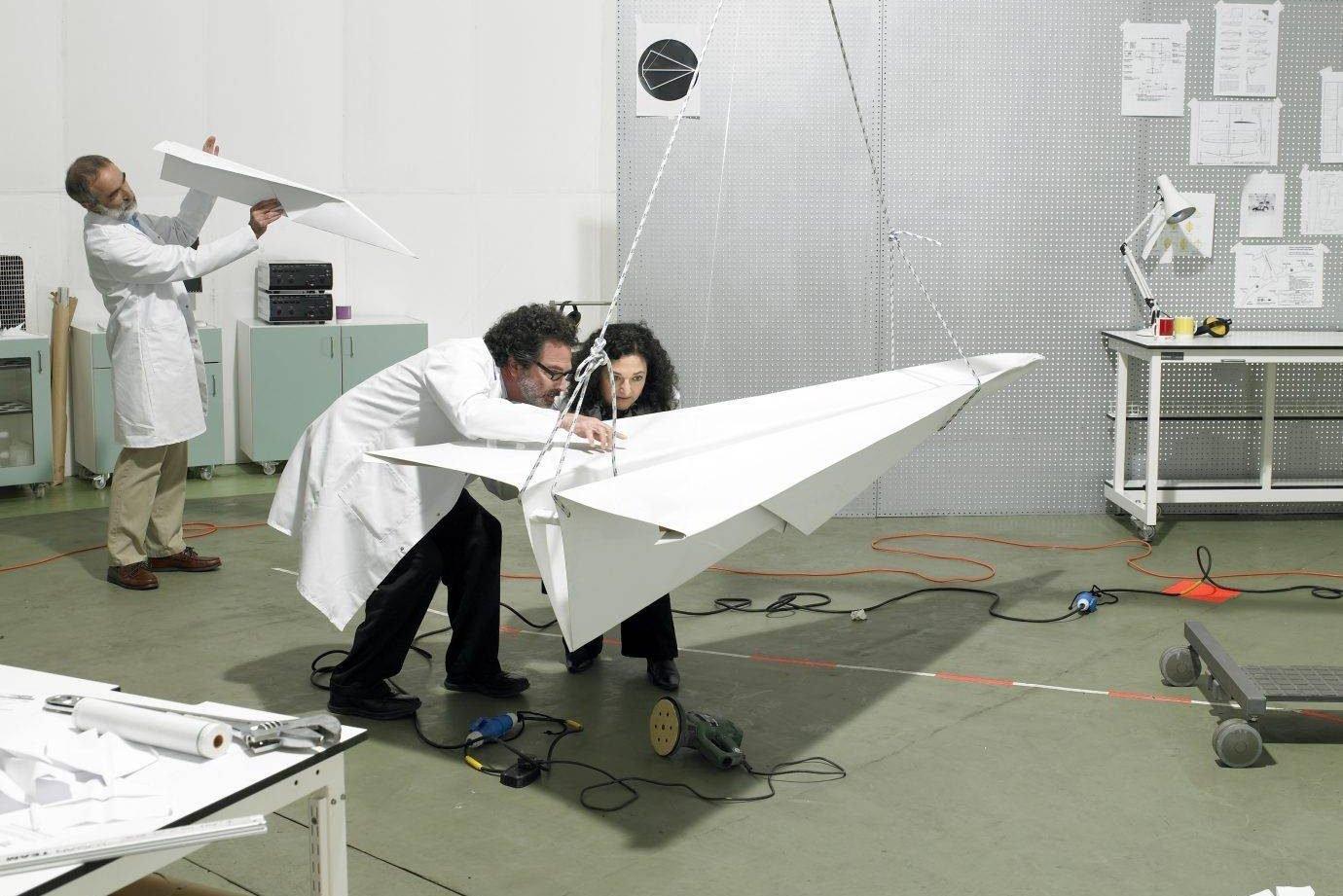 Pessoas construindo avião em laboratória: invenção, ideia, inovação