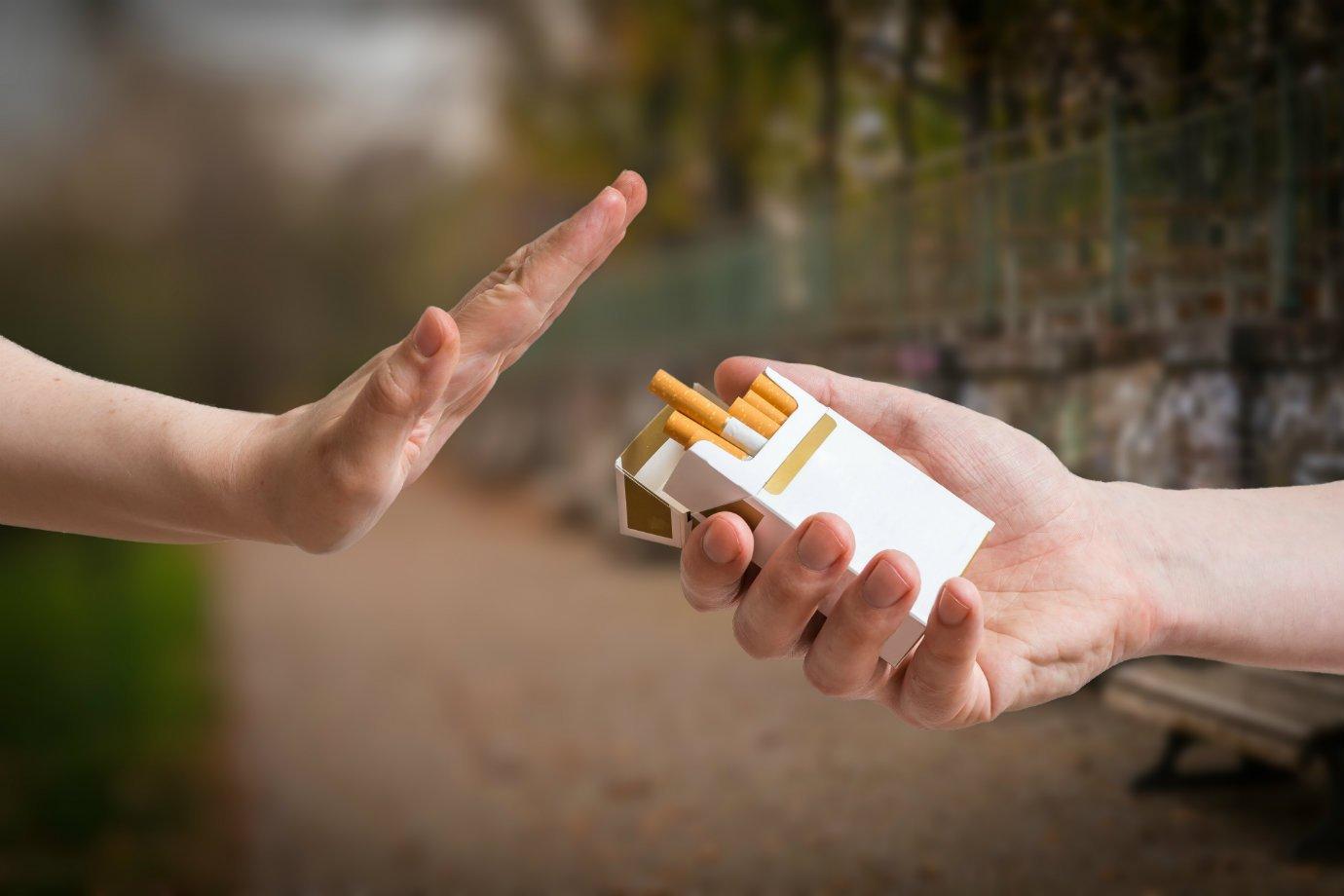 Pessoa recusa oferta de cigarro: não-fumante