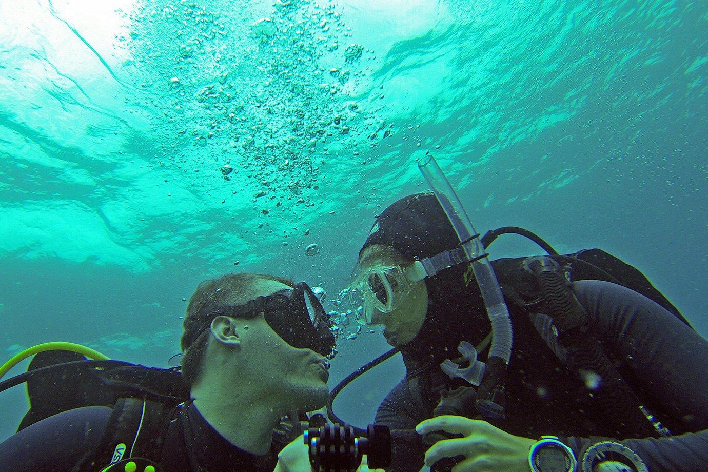 João Pedro Costa, 36 anos, e Adriana Costa, 30 anos, mergulhando em Bonaire
