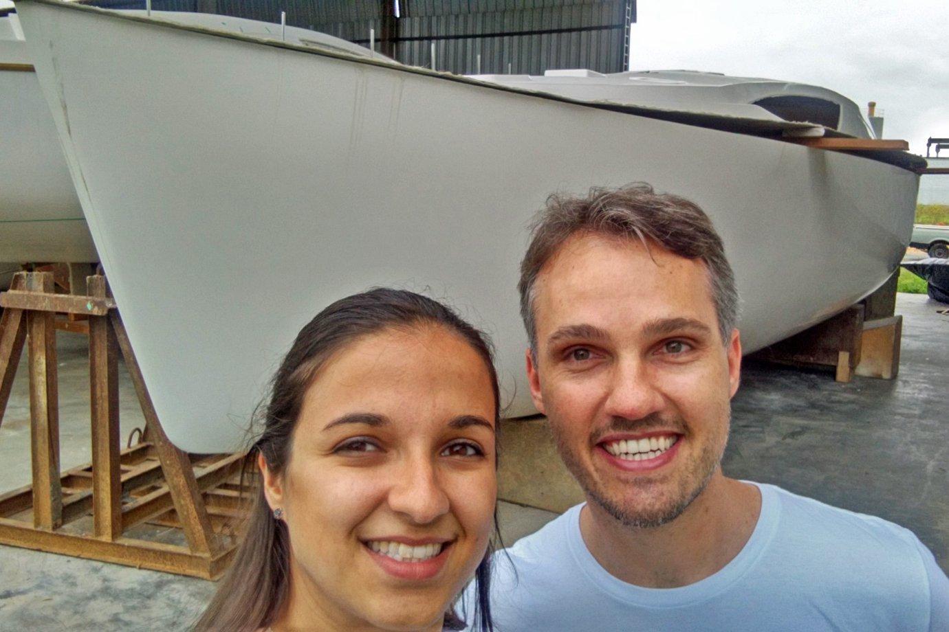 Adriana Costa e João Pedro Costa posam diante de seu veleiro: construção termina no mês que vem