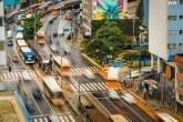 Ônibus passando pelo centro de São Paulo, na região da Consolação
