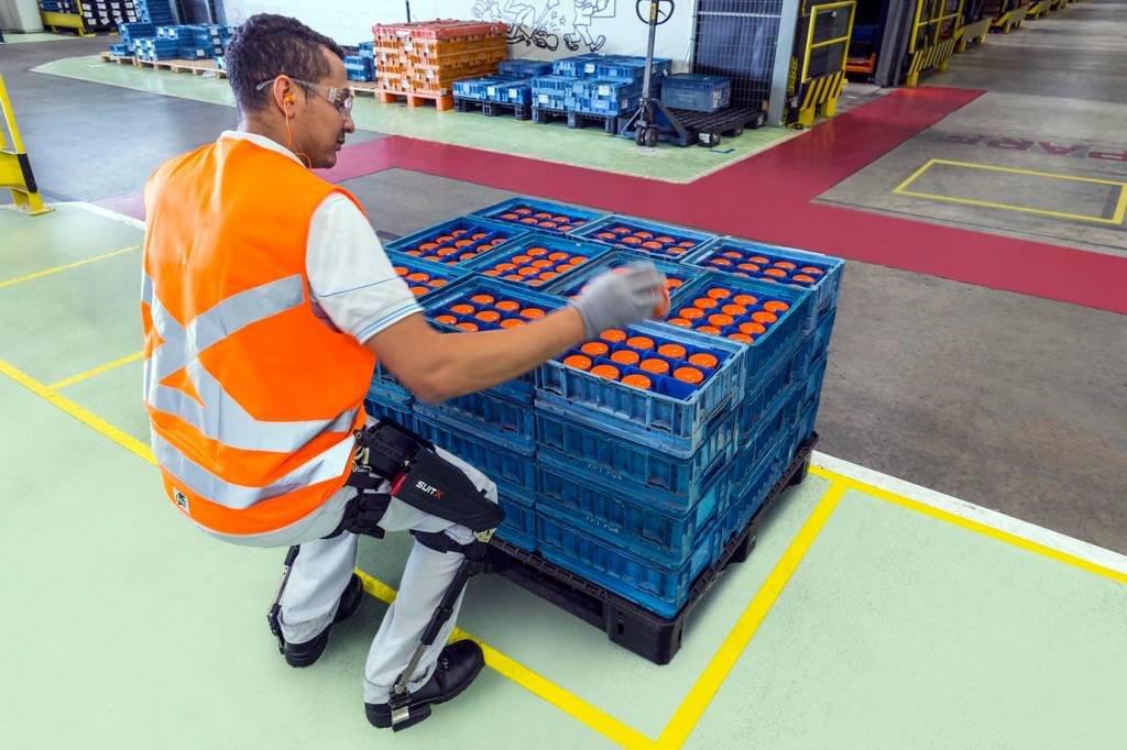 Funcionário da fábrica da Fiat em Betim (MG) usa exoesqueleto