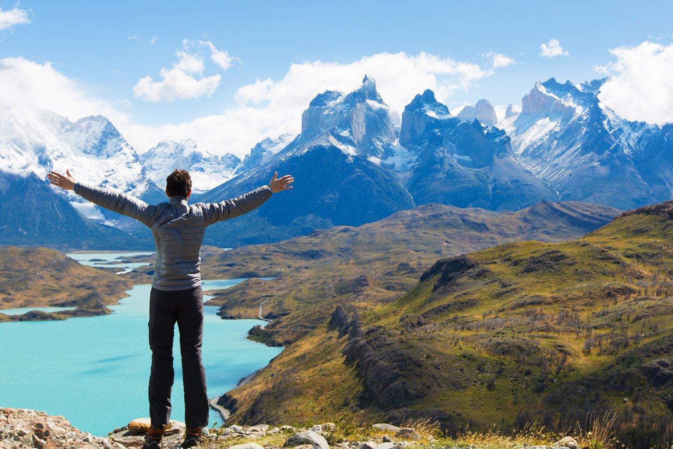 Homem fazendo trilha na Patagônia chilena