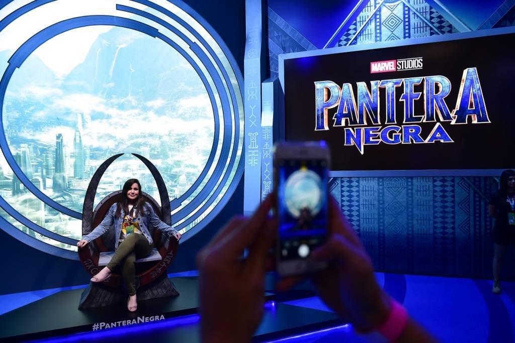 O estande da Marvel, com poltrona do Pantera Negra, na CCXP2017