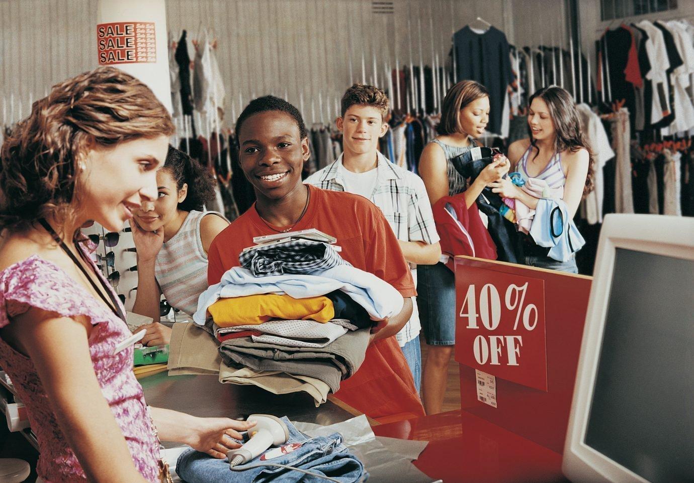 Vendedora com fila em loja de roupas: vendas, varejo