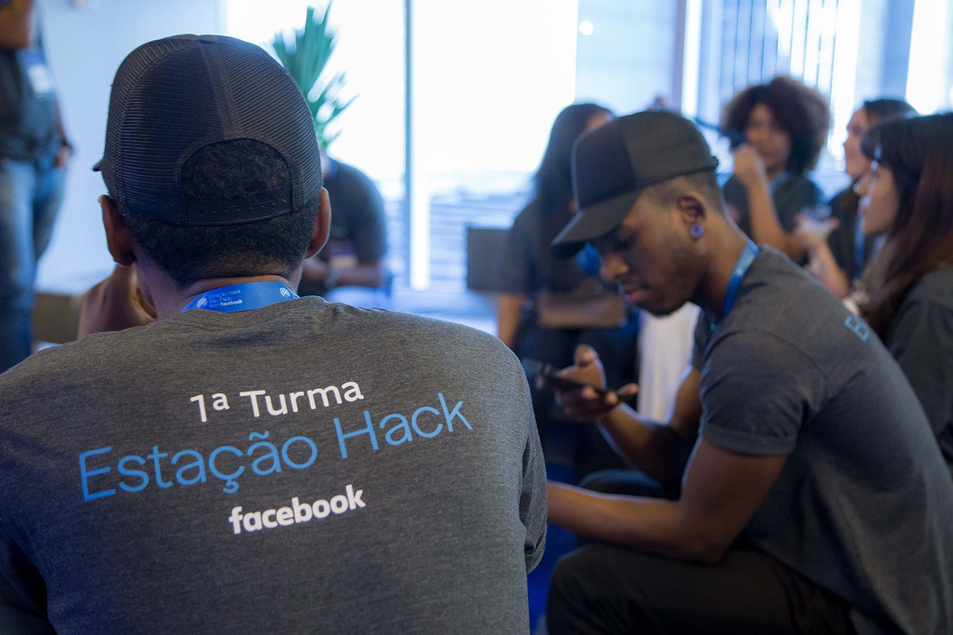 Jovens na Estação Hack, centro de inovação do Facebook em São Paulo