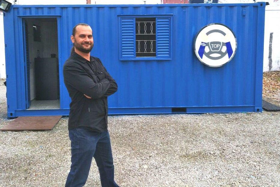 O empreendedor Marlon Luz, em frente ao Ponto de Apoio Motorista Top, seu novo negócio