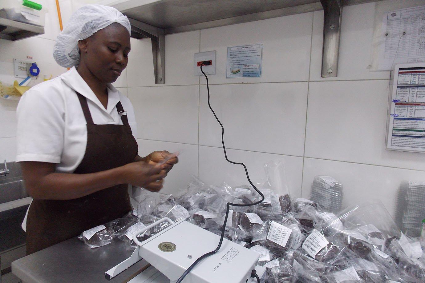 Funcionária embala produtos da Mr. Cheney, na fábrica em São Paulo