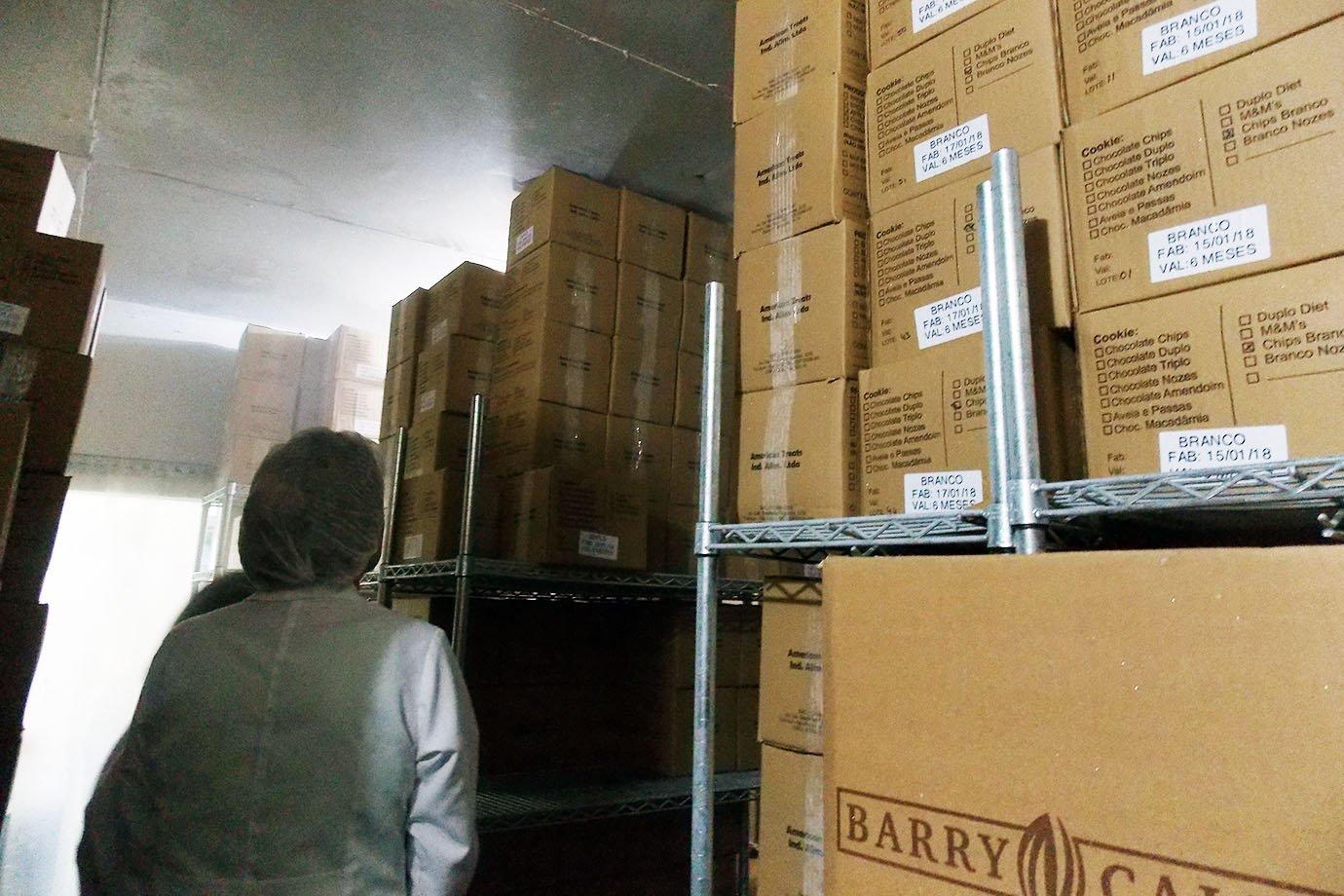 Em câmara fria, caixas com cookies da Mr. Cheney, na fábrica em São Paulo