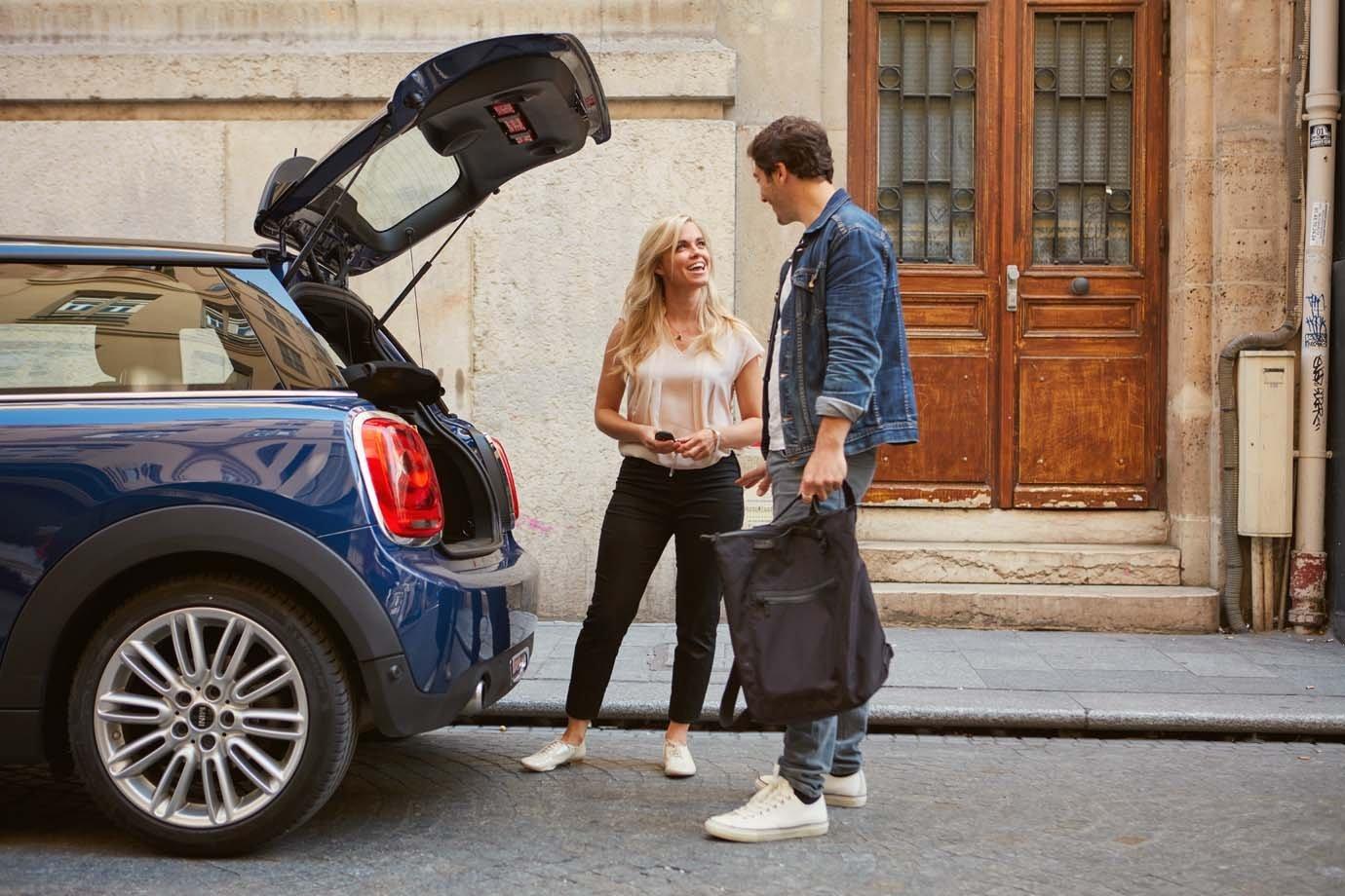 Moça dá carona a rapaz por meio do BlaBlaCar