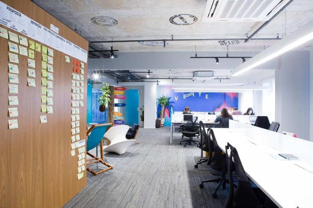 O escritório da Verte, com mesas compartilhadas