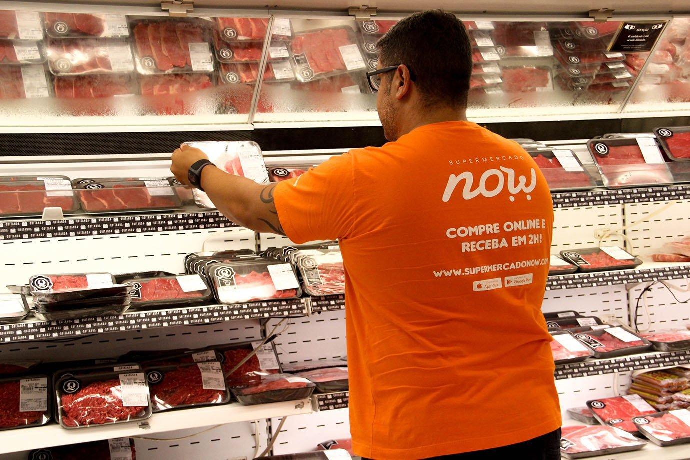Um shopper do Supermercado NOW faz compras
