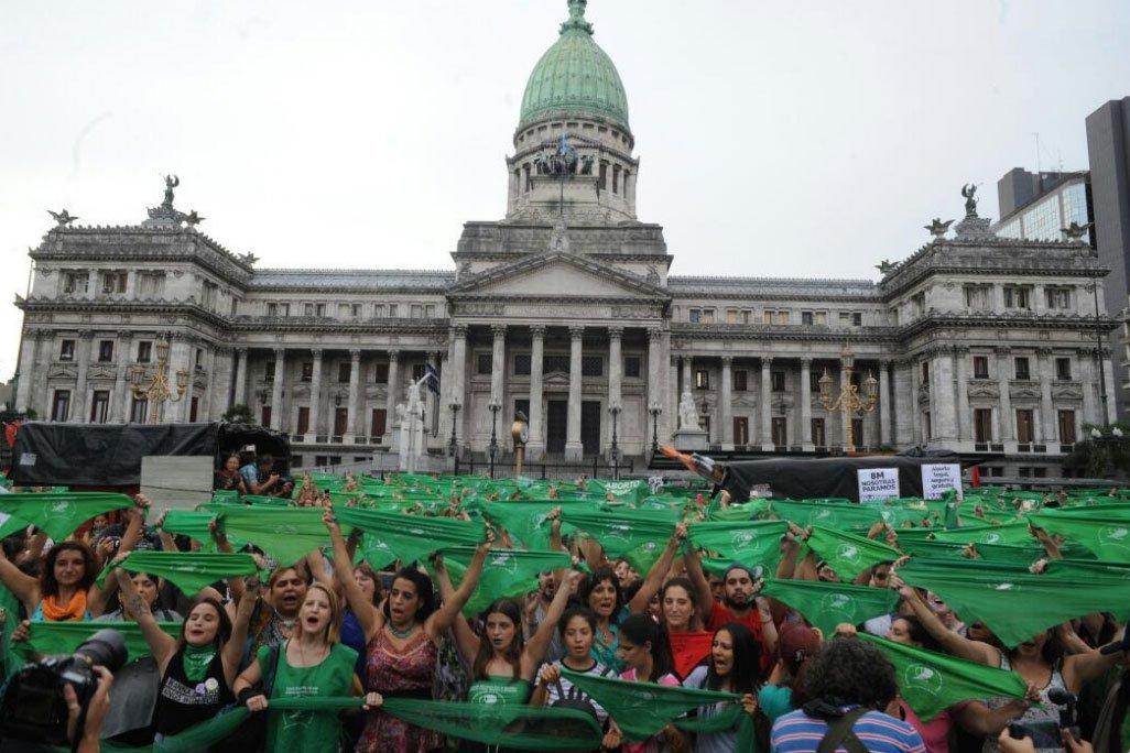 Milhares de argentinas protestam a favor da lei do aborto | Exame
