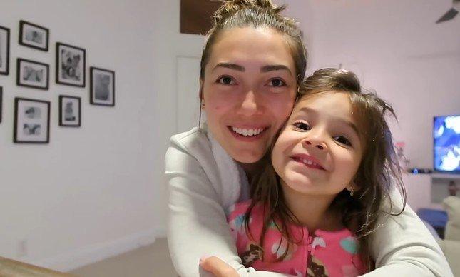 Aline Vicente e sua filha Laura, autista funcional